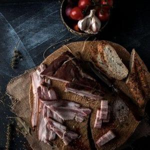 Bacon - Piept de mangalita afumat Produs traditional din carne de porc mangalita Produse traditionale romanesti #autenticro.eu 1